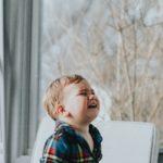 enfant fait face à ses émotions et pleure